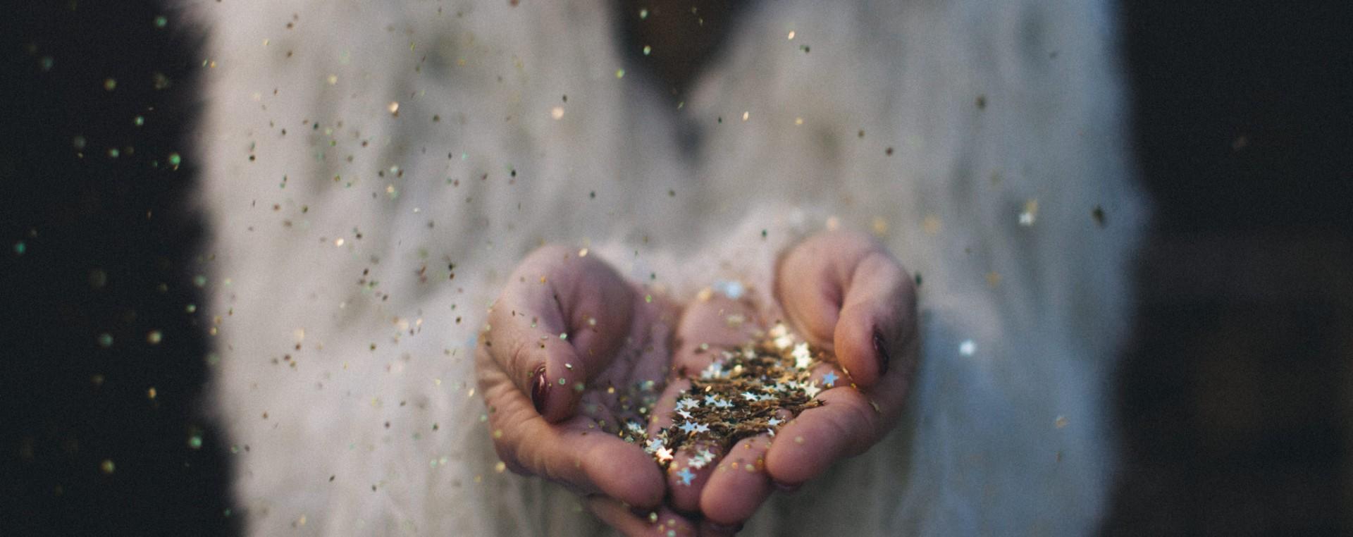 pluie-paillettes-glitter-decoration-d-amour-et-de-deco-reego-photographie-1920x762