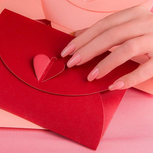 Vernis semi-permanent rose pâle et pochette cœur pour la St Valentin par ME By Mesauda
