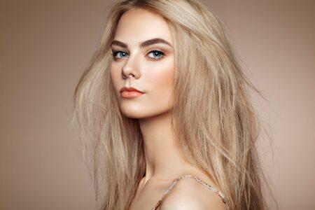 Blonde fière de l'être