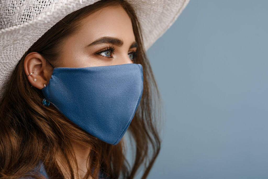 Jeune femme portant un masque en tissu bleu
