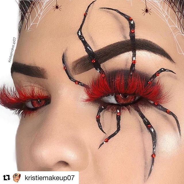 Makeup des yeux pour Halloween, femme avec un regard rouge fatal et des araignées.