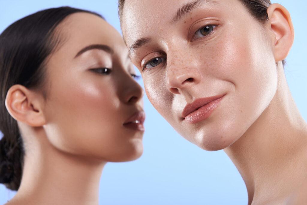 Deux femmes avec une peau naturelle. Retrouvez les produits pour le soin de la peau sur beautycoiffure.com