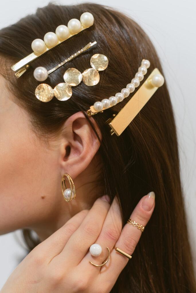 Femme avec des barrettes dans les cheveux, barrettes dorées et tendances. Retrouvez les accessoires coiffure sur beauty coiffure.com