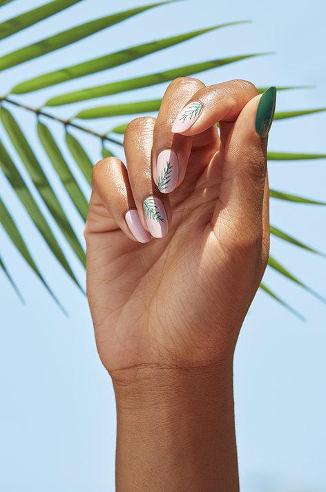 Manucure OPI tuto avec les vernis Shine Rated Pea-G et Hollywood & Vibe à retrouver sur beautycoiffure.com