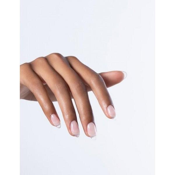 Manucure réalisée avec le Builder+ Clear Diamond Gel OPI, à retrouver sur beautycoiffure.com