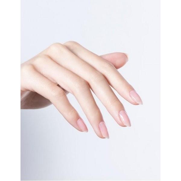 Manucure réalisée avec le Builder+ Put in Neutral Diamond Gel OPI, à retrouver sur beautycoiffure.com.
