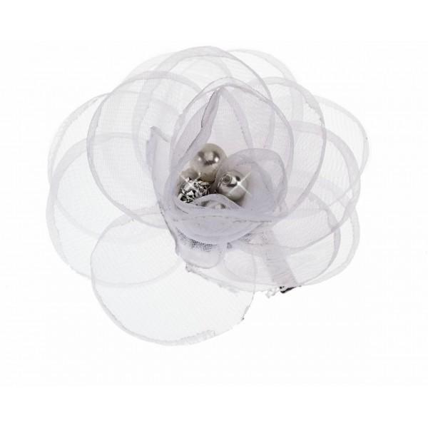 Accessoire pince en fleur blanche, à retrouver sur beautycoiffure.com.