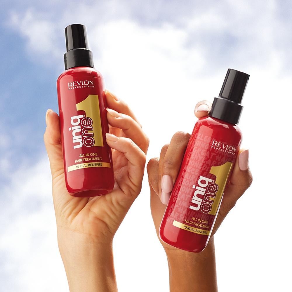 Deux sprays sans rinçage Uniq One Original de Revlon. Une version classique à gauche et une version limitée à droite. À retrouver sur beautycoiffure.com.